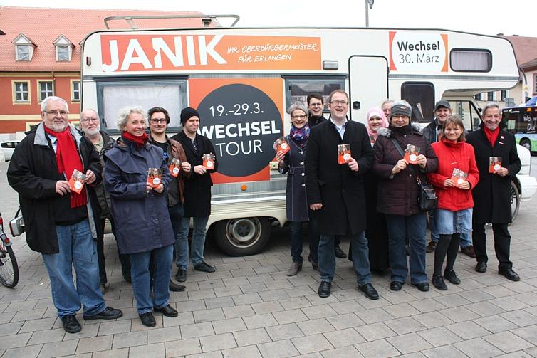 Florian Janik mit Team vor dem Wechsel-Mobil