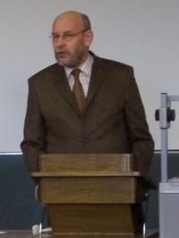 Jonas Lanig, Vorsitzender der GEW Nürnberg bei seinem Vortrag in Erlangen