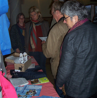 Bild von Besuchern der Ausstellung
