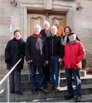 Distriktsmitglieder vor der Schlossgaststätte