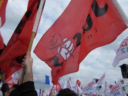 Juso-Fahne vor Fahnen der Parti Socialiste