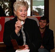 Ursula Rechtenbacher mit der August-Bebel-Uhr
