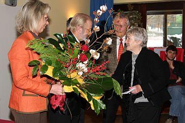 Ursula Lanig überreicht einen Blumenstrauß an Ursula Rechtenbacher