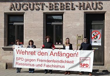 Die Mitarbeiter des August-Bebel-Hauses mit dem Transparent gegen Fremdenfeindlichkeit, Rassismus, und Faschismus