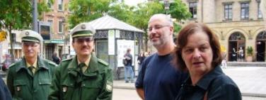 Angelika Weikert mit Polizisten
