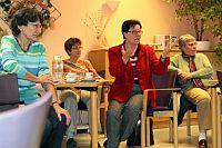 Gisela Niclas während des Sozialspaziergangs