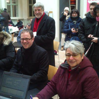 Fraktionsvorsitzender Dr. Florian Janik (vorne links) und Stadträtin Barbara Pfister beim Unterzeichnen des Volksbegehrens, gemeinsam mit Kulturreferent Dr. Dieter Rossmeissl