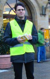 Landtagskandidat Philipp Dees beim Verteilen von Informationsmaterial zum Volksbegehren am Erlanger Bahnhof.