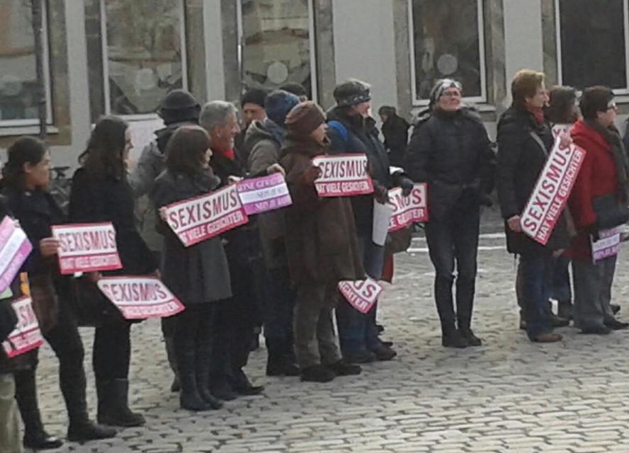 Blick auf Teilnehmer der Aktion One Billion Rising