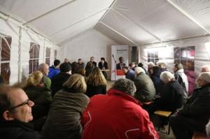 Besucher im Zelt bei der Dialogveranstaltung zum öffentlichen Raum