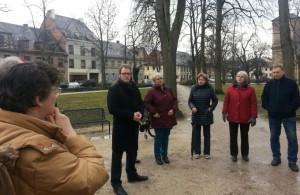 Florian Janik im Gespräch mit Bürgern auf dem Bohlenplatz