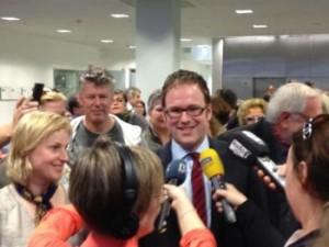 Florian Janik umringt von Unterstützern und Journalisten