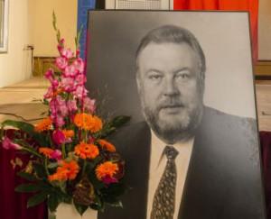 Porträtfoto von Karl-Heinz-Hiersemann neben einem Blumenstock