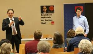 Florian Pronold am Mikrofon, davor Besucher der Veranstaltung