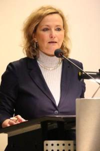 Petra Bendel am Rednerpult am Frauenempfang 2016
