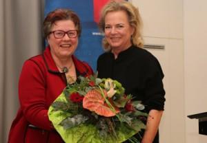 Gisela Niclas und Alexandra Hiersemann mit Blumenstrauß